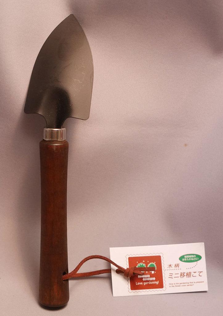 ダイソーで木柄ミニ移植こてを買って来た。100均-001.jpg