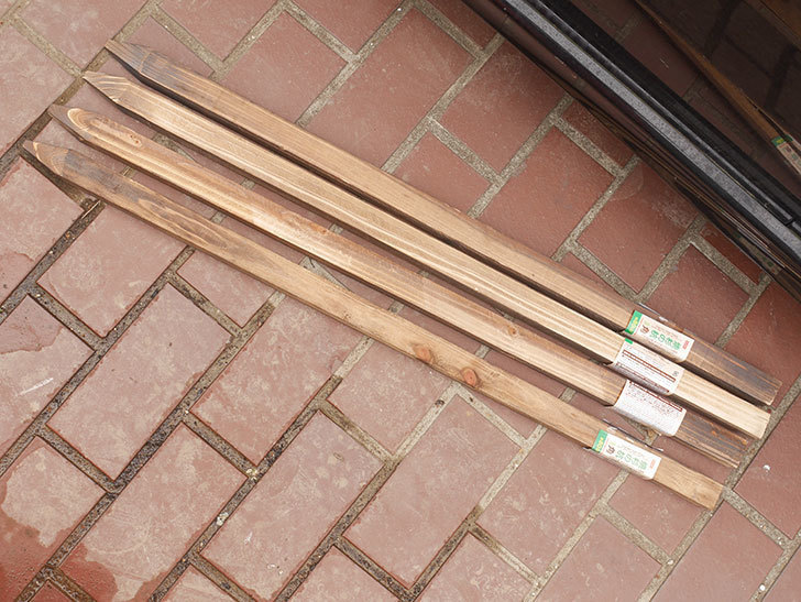 ダイソーで焼杉の杭 角 約80cmを4本買って来た。100均-001.jpg