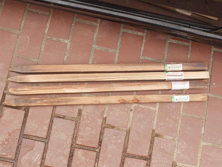 ダイソーで焼杉の杭 角 約80cmを4本買って来た。100均-002.jpg