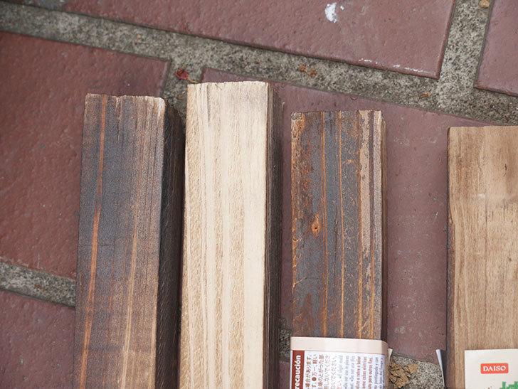 ダイソーで焼杉の杭 角 約80cmを4本買って来た。100均-006.jpg