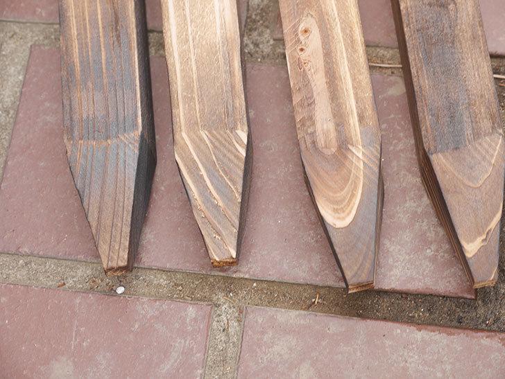 ダイソーで焼杉の杭 角 約80cmを4本買って来た。100均-008.jpg