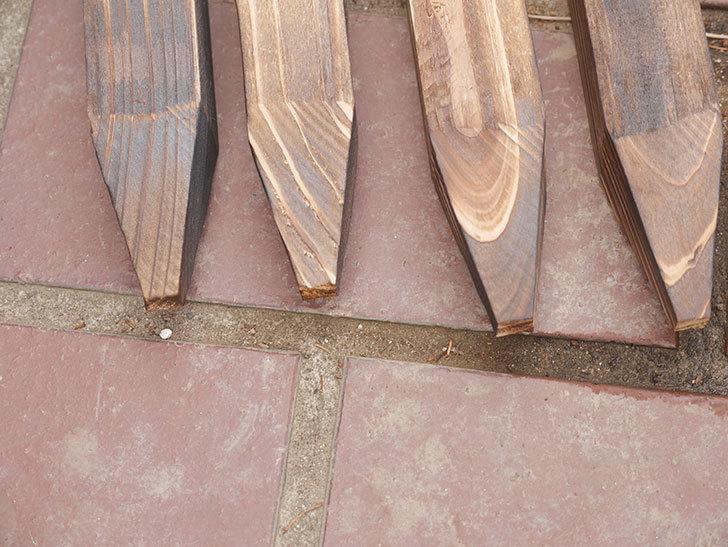 ダイソーで焼杉の杭 角 約80cmを4本買って来た。100均-009.jpg
