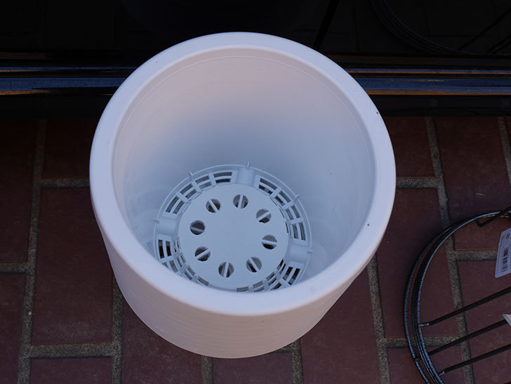 ダイソーでWhite Garden 植木鉢 7号を10個買って来た。2021年-003.jpg
