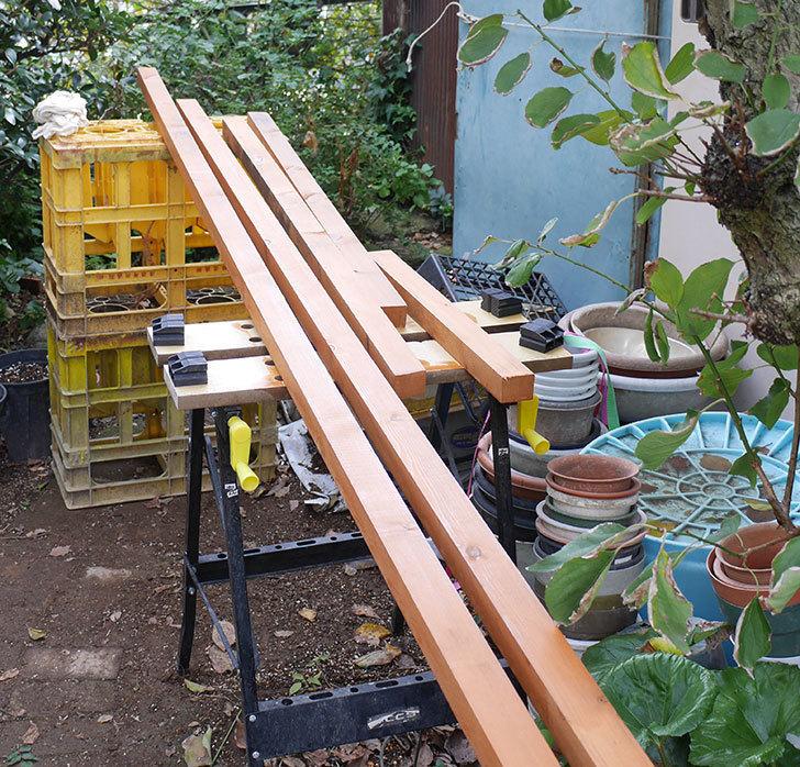 ツルバラの誘引範囲を拡張するための木材に木部保護塗料を塗った。2018年-3.jpg