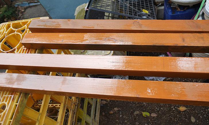 ツルバラの誘引範囲を拡張するための木材に木部保護塗料を塗った。2018年-5.jpg