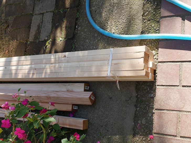 ツルバラ誘引用のフェンスを作るため角材を買って来た-002.jpg