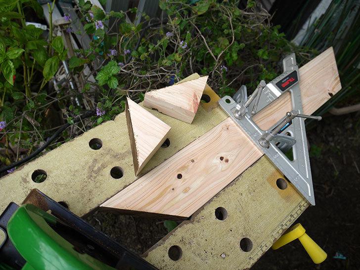 ツーバイフォーの檜板を物干し台用に切った8.jpg