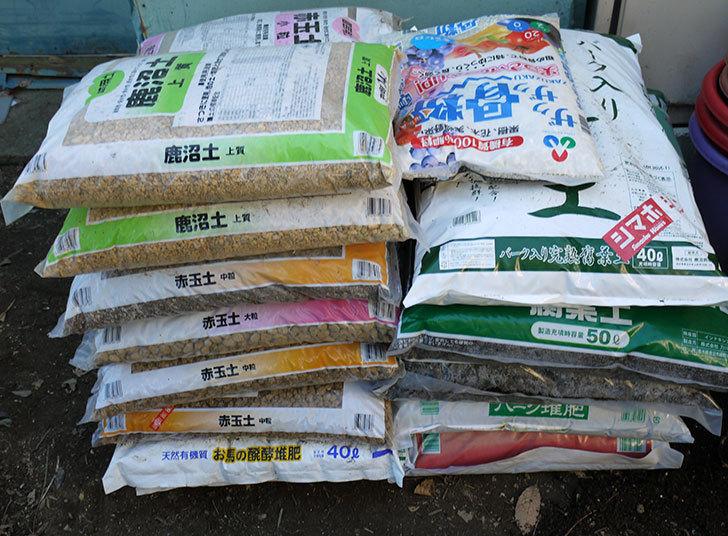 バラの地植えと鉢の植え替え用に土を大量に買って来た。2017年-1.jpg