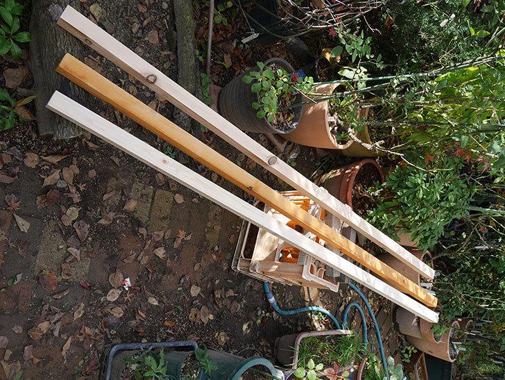 バラの誘引に使う角材、赤松45×45mm-2mに木部保護塗料を塗った2.jpg