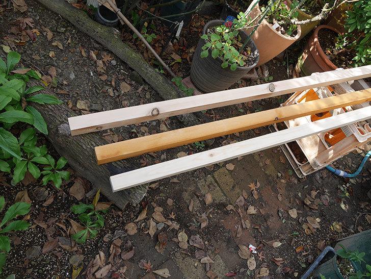 バラの誘引に使う角材、赤松45×45mm-2mに木部保護塗料を塗った3.jpg