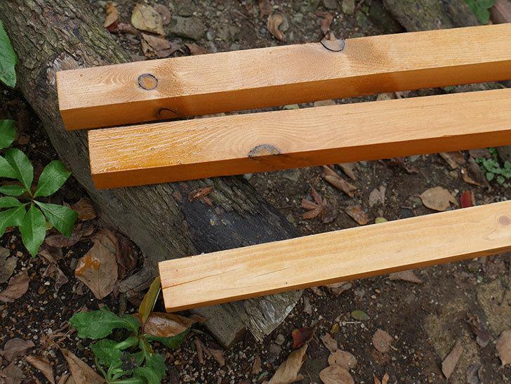 バラの誘引に使う角材、赤松45×45mm-2mに木部保護塗料を塗った4.jpg
