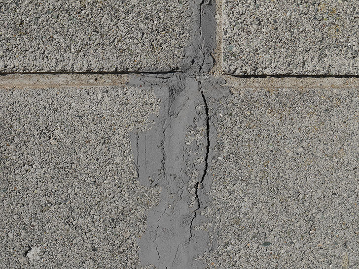 ブロック塀のひび割れの補修をした。2020年-3.jpg