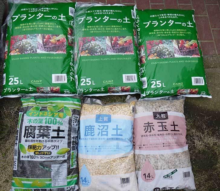 プランターの土、腐葉土、鹿沼土、赤玉土をカインズで買ってきた1.jpg