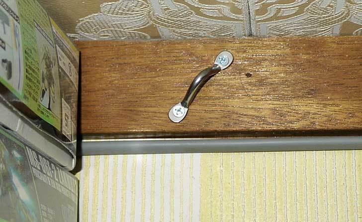 メタルラックの地震対策に壁に固定具を打ち込んでロープで繋いだ3.jpg