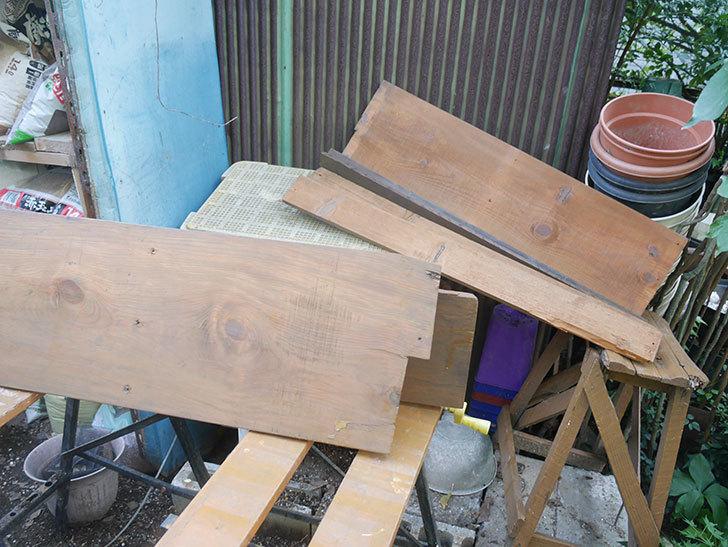 使えそうな板を用意した。2021年。(1)廃材を使って棚制作3台目-003.jpg