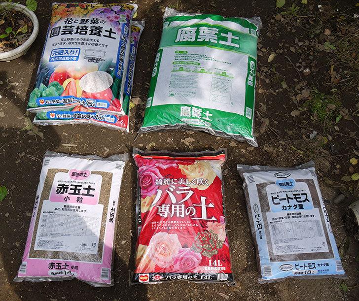 土と肥料をケイヨーデイツーで買って来た1.jpg