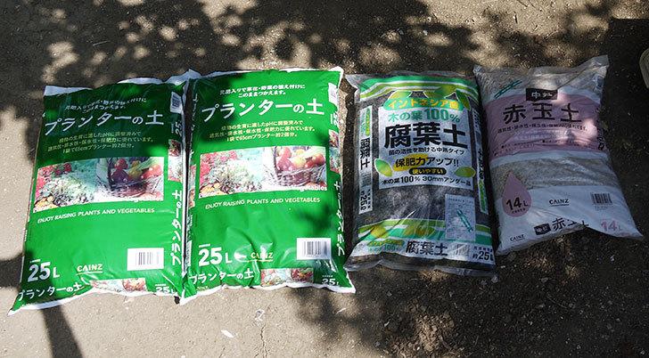培養土と腐葉土と赤玉土をカインズで買って来た1.jpg