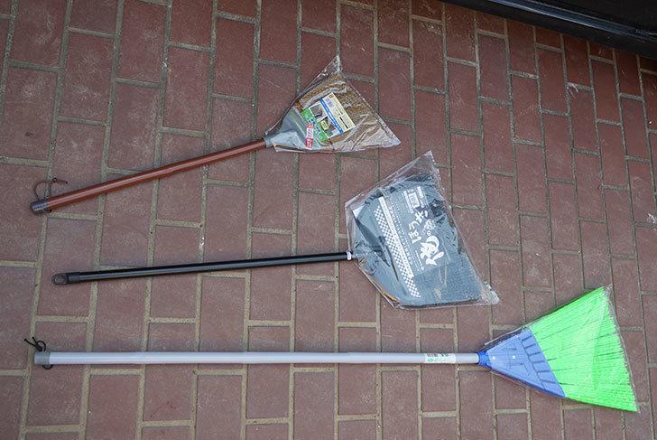 外で使う箒を3種類ホームズで買って来た1.jpg