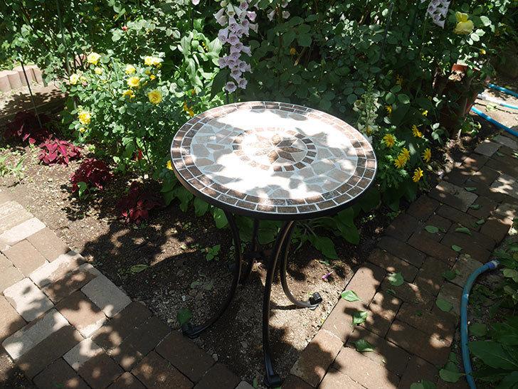 山善(YAMAZEN) ガーデン3点セット モザイク調テーブル&チェア HMTS-50を買った。2020年-009.jpg