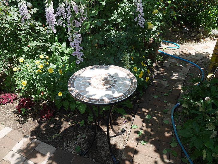 山善(YAMAZEN) ガーデン3点セット モザイク調テーブル&チェア HMTS-50を買った。2020年-010.jpg