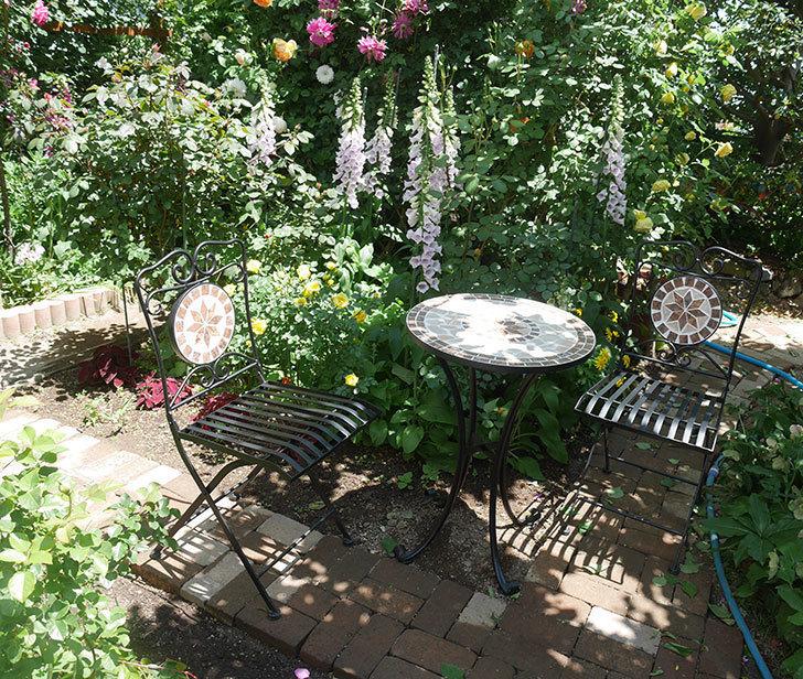 山善(YAMAZEN) ガーデン3点セット モザイク調テーブル&チェア HMTS-50を買った。2020年-012.jpg