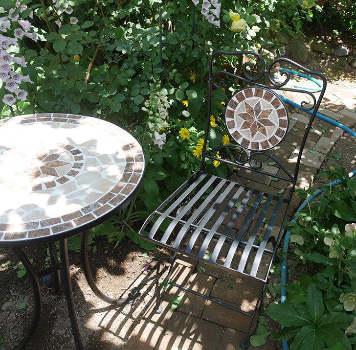 山善(YAMAZEN) ガーデン3点セット モザイク調テーブル&チェア HMTS-50を買った。2020年-013.jpg
