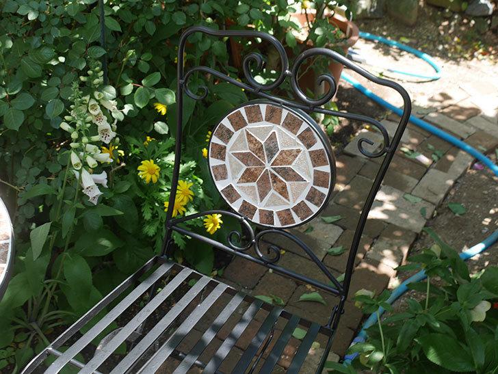山善(YAMAZEN) ガーデン3点セット モザイク調テーブル&チェア HMTS-50を買った。2020年-014.jpg
