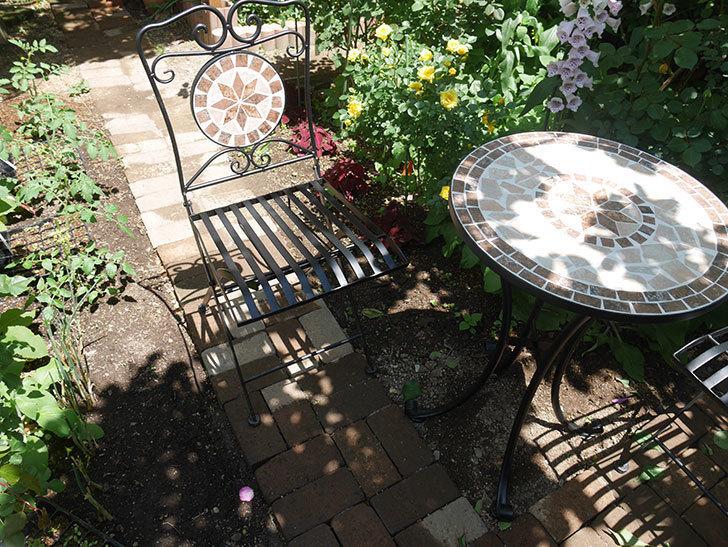 山善(YAMAZEN) ガーデン3点セット モザイク調テーブル&チェア HMTS-50を買った。2020年-015.jpg