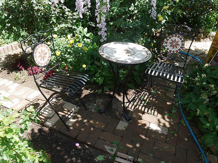 山善(YAMAZEN) ガーデン3点セット モザイク調テーブル&チェア HMTS-50を買った。2020年-017.jpg