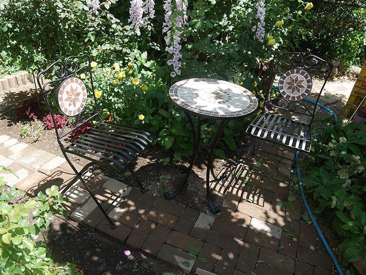 山善(YAMAZEN) ガーデン3点セット モザイク調テーブル&チェア HMTS-50を買った。2020年-018.jpg