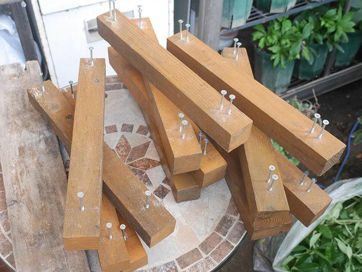 木ねじ用のガイド穴をあけた。2021年。(3)廃材を使って棚制作2台目-007.jpg
