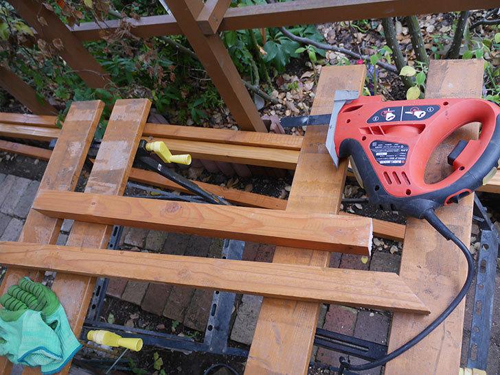柱部分をカットして木ねじ用のガイド穴を空けた。2020年。ツルバラ用のフェンス制作(2)-002.jpg
