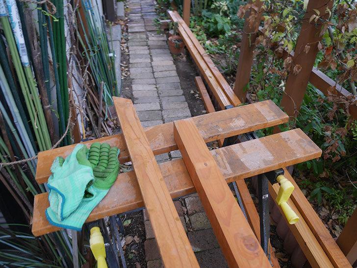 柱部分をカットして木ねじ用のガイド穴を空けた。2020年。ツルバラ用のフェンス制作(2)-004.jpg