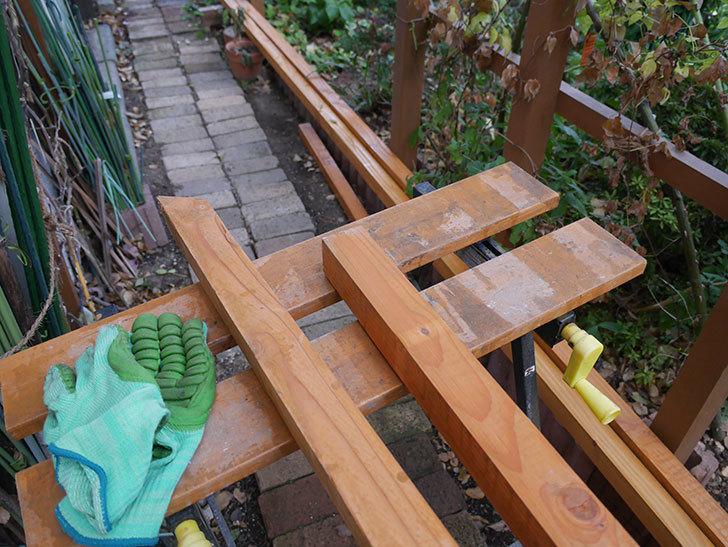 柱部分をカットして木ねじ用のガイド穴を空けた。2020年。ツルバラ用のフェンス制作(2)-005.jpg