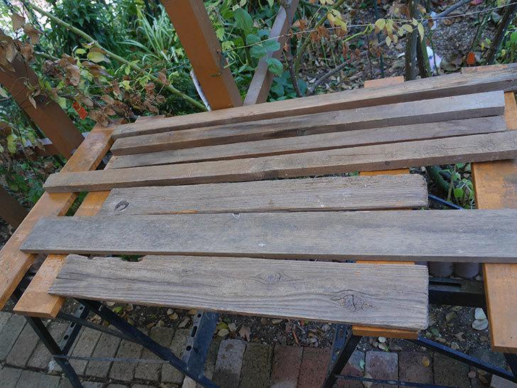 横向きに設置する板を木部保護塗料で塗装した。2020年。ツルバラ用のフェンス制作(3)-005.jpg