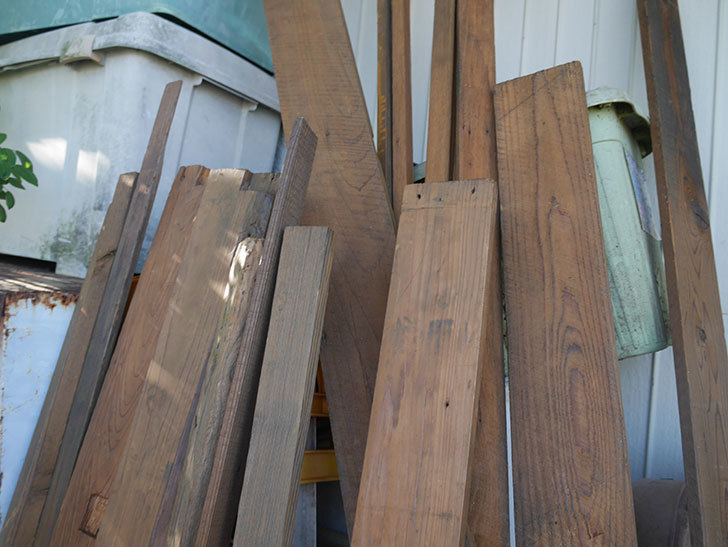 横向きに設置する板を木部保護塗料で塗装した。2020年。ツルバラ用のフェンス制作(3)-007.jpg