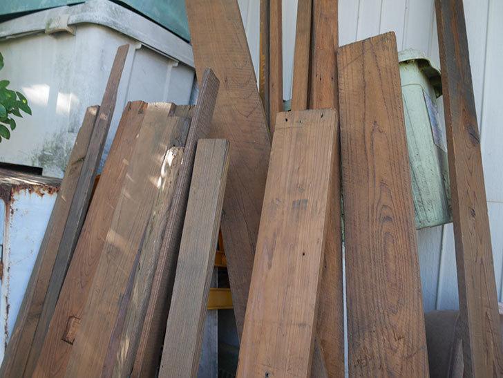 横向きに設置する板を木部保護塗料で塗装した。2020年。ツルバラ用のフェンス制作(3)-008.jpg