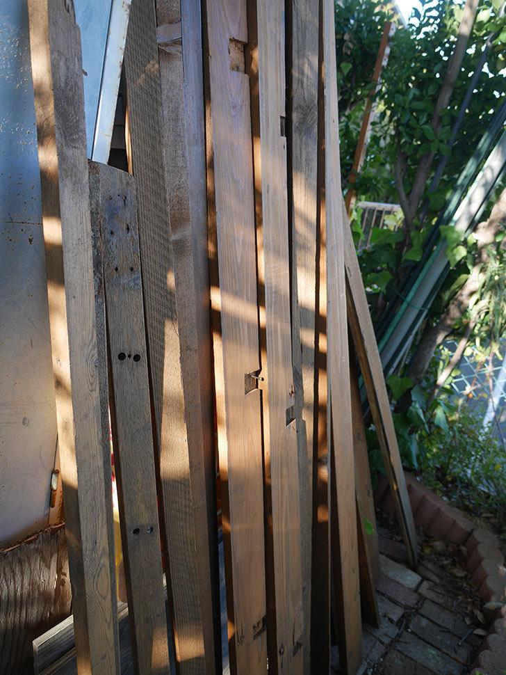 横向きに設置する板を木部保護塗料で塗装した。2020年。ツルバラ用のフェンス制作(3)-009.jpg