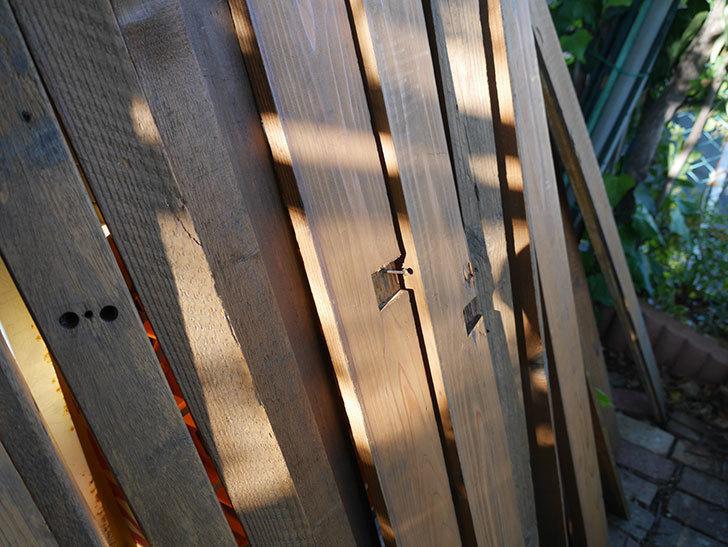 横向きに設置する板を木部保護塗料で塗装した。2020年。ツルバラ用のフェンス制作(3)-011.jpg