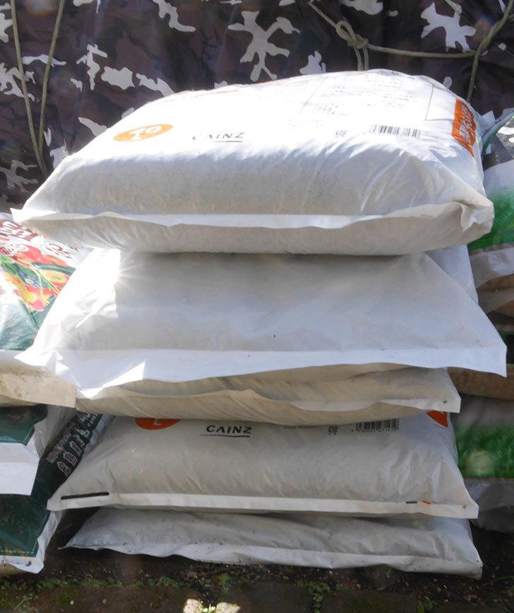 醗酵牛ふん堆肥40Lを5個カインズで買って来た2.jpg