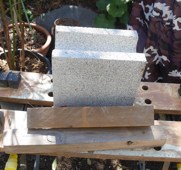 重量半ブロックと角材で転圧機を自作した2.jpg