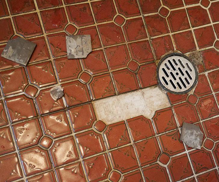 風呂場の床のタイルが剥がれてきたので、おふろば補修剤-BSU-2で直した2.jpg