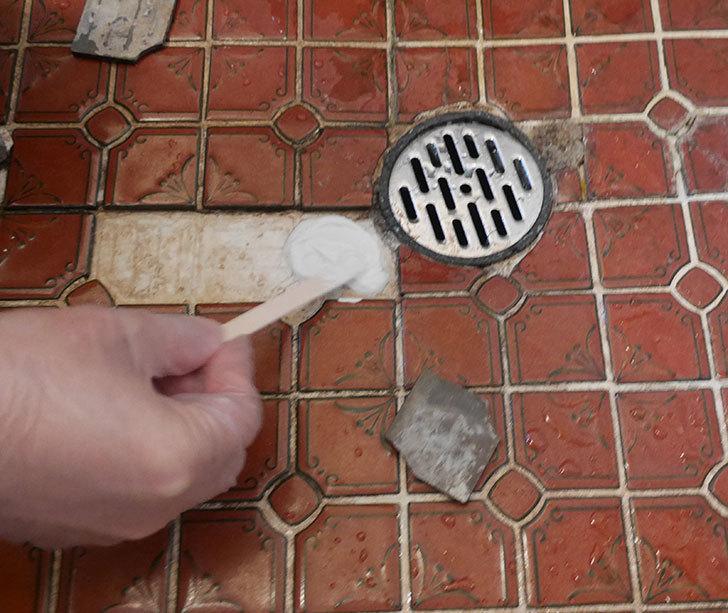 風呂場の床のタイルが剥がれてきたので、おふろば補修剤-BSU-2で直した5.jpg