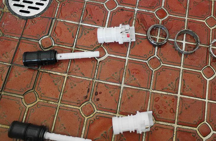 風呂場の混合水栓TOTO-TMG40CRXが水漏れするので開閉ユニット部-TH577交換して修理した18.jpg