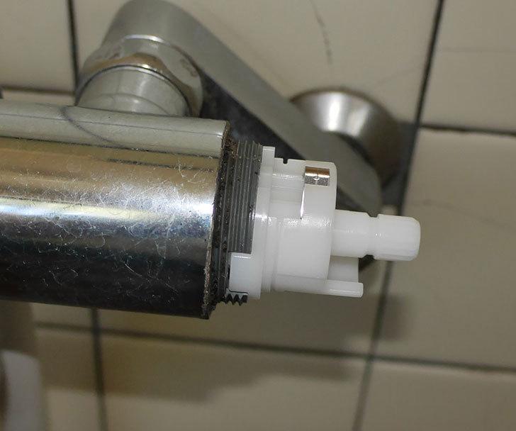 風呂場の混合水栓TOTO-TMG40CRXが水漏れするので開閉ユニット部-TH577交換して修理した24.jpg