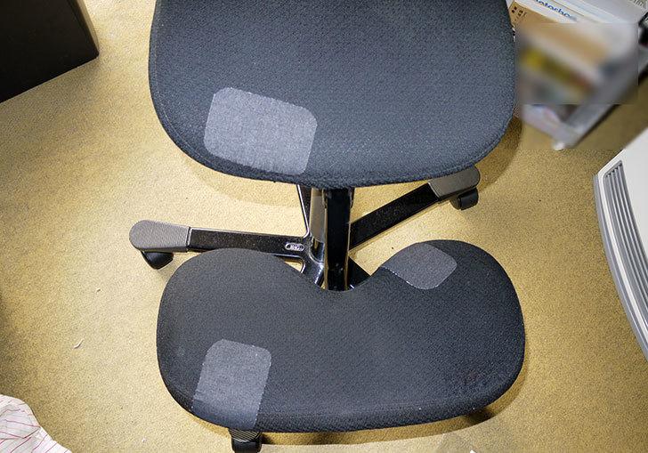 HAG-バランスチェア-6035の布破れを「デニム用のひざあて」で修理した1.jpg