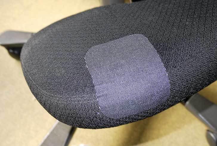 HAG-バランスチェア-6035の布破れを「デニム用のひざあて」で修理した10.jpg