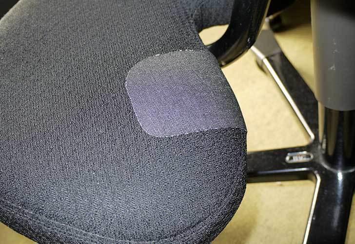 HAG-バランスチェア-6035の布破れを「デニム用のひざあて」で修理した13.jpg