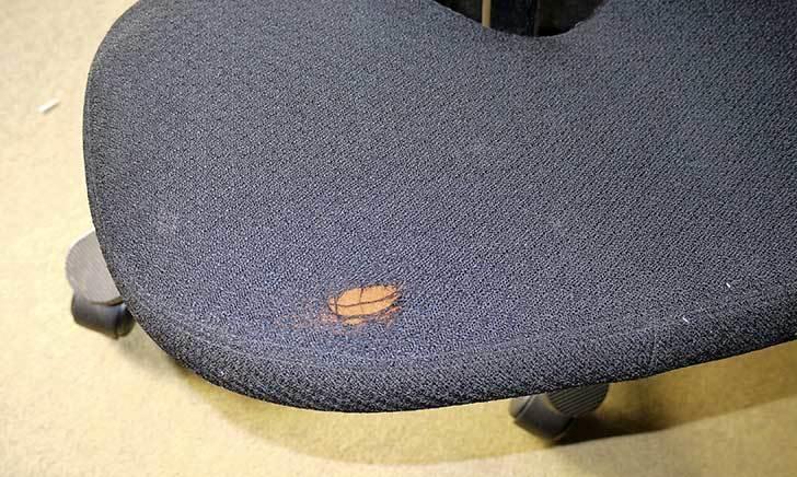 HAG-バランスチェア-6035の布破れを「デニム用のひざあて」で修理した2.jpg