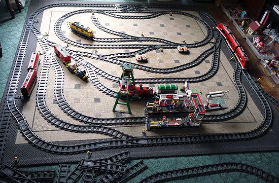 LEGOトレイン用のレールを展開した1.jpg